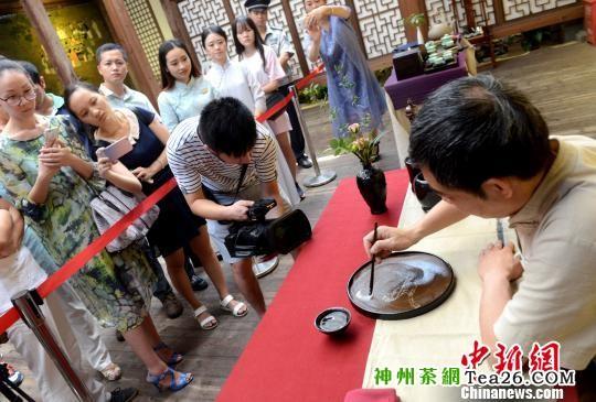 """""""茶百戏""""传承人章志峰现场展示宋代点茶道与""""茶百戏""""的韵味与魅力。 记者刘可耕 摄"""