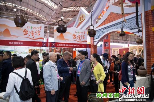 台湾展馆内人潮涌动。据了解,本届茶博会吸引了97家台湾茶企前来参会,台商参展和参会规模均超过往届。 李南轩 摄