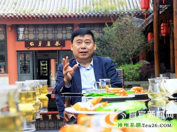 川茶集团党委书记、董事长颜泽文接受记者采访(记者 龙亿江 摄)