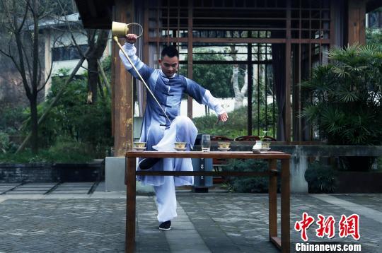 """长嘴壶""""龙行十八式"""":茶文化中的独特技艺"""