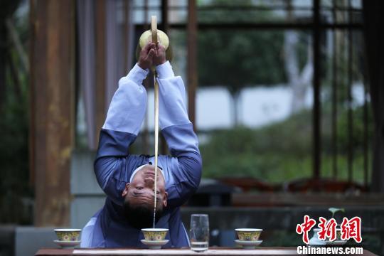 """图为徐伟正在表演""""龙行十八式""""。 王磊 摄"""