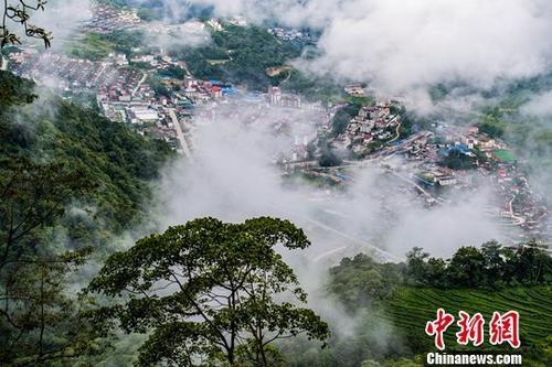 """林芝市墨脱县位于西藏东南部,平均海拔1200米,雨量充沛、四季如春。由于是中国最后一个不通公路的县,素有""""莲花秘境""""的称号。2013年墨脱公路正式通车,从此告别了""""高原孤岛""""历史。资料图为西藏墨脱县。中新社记者 何蓬磊 摄"""