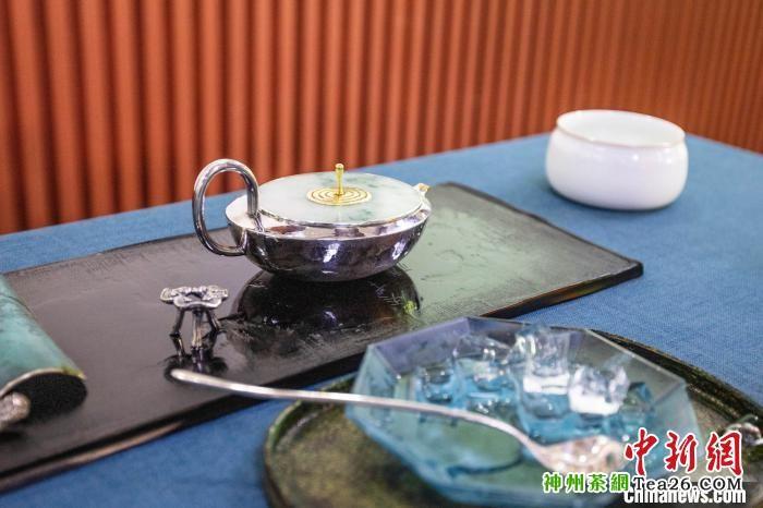 """图为""""伴月""""冰茶壶 中茶博供图 摄"""