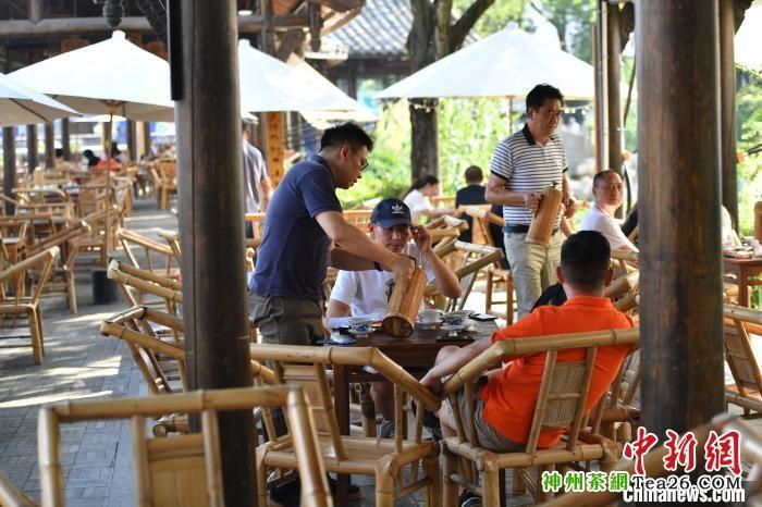 市民在室外茶铺休闲乘凉。 张浪 摄