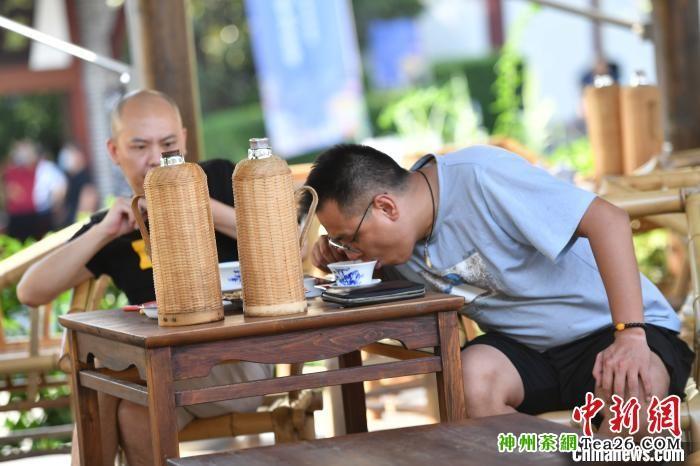 市民在室外茶铺品盖碗茶。 张浪 摄