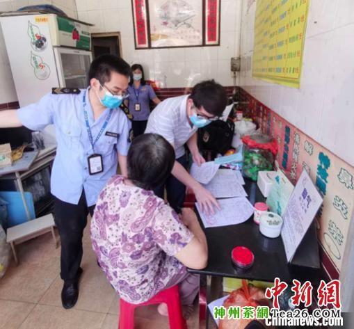 6月17日,广州市番禺区市场监督管理局联合区公安分局、第三方检验机构突击检查涉嫌违法的凉茶店。 广州市番禺区市场监督管理局 摄
